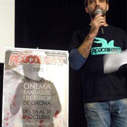 Miembro de Acocollona't presentando el cartel del Festival de Cine