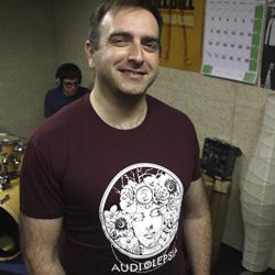Los chicos de Audiolepsia con sus camisetas personalizadas.