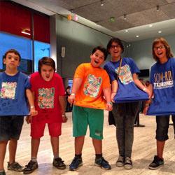 Asistentes al festival Petits Camaleons con sus camisetas