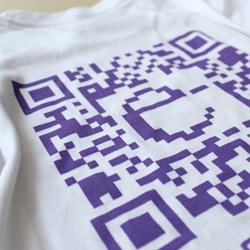 Código QR estampado en una camiseta para la feria de la ciencia de Sevilla