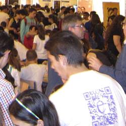 Participante en la feria de la ciencia de Sevilla con su camiseta personalizada