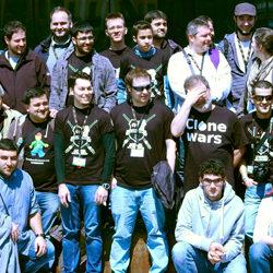 Miembros de CloneWars con sus camisetas corporativas