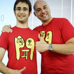 Magi y Alejandro con sus camisetas personalizadas