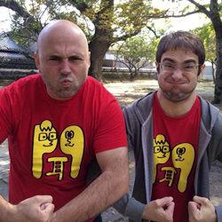 Miembros de escucha español con sus nuevas camisetas