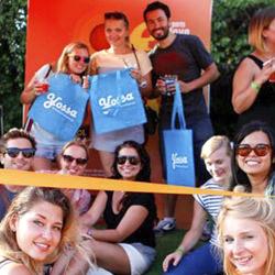 Grupo de jóvenes con las bolsas de Yossa durante el Piknik elektronic