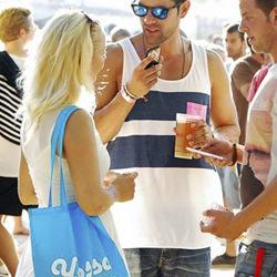 Chica con la bolsa personalizada de Yossa de color azul